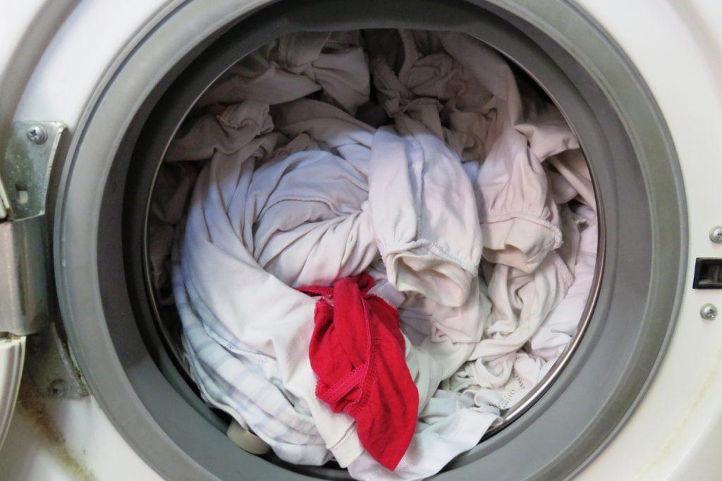 Come pulire i capi bianchi macchiati di rosa