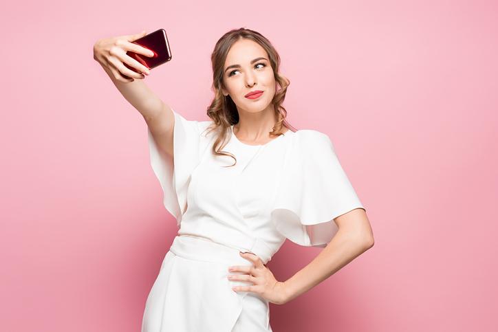 Le donne sottopagate si fanno più selfie sexy?