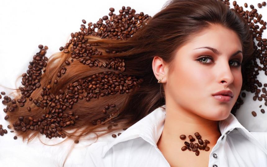 Chiome vigorose con lo shampoo al caffè