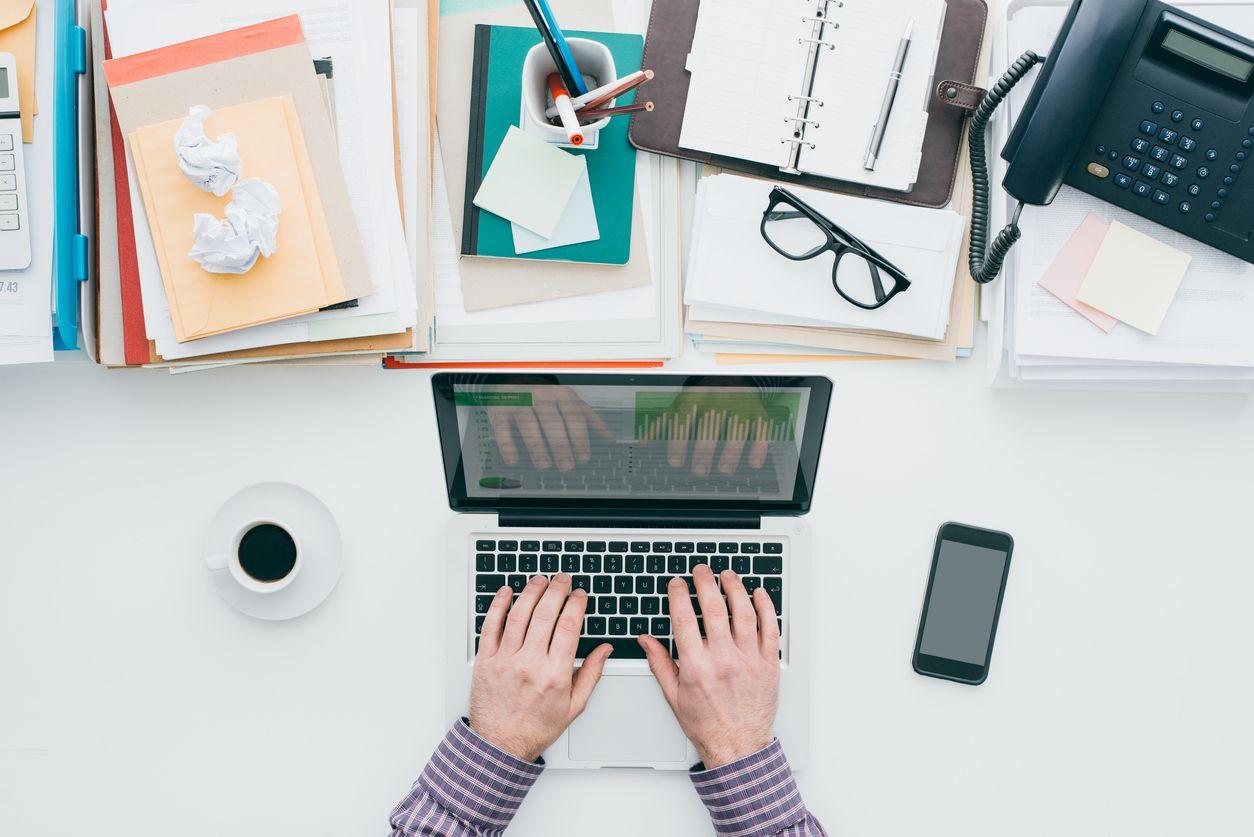 Come Organizzare La Propria Scrivania scrivania al lavoro, cosa non bisognerebbe mai tenere