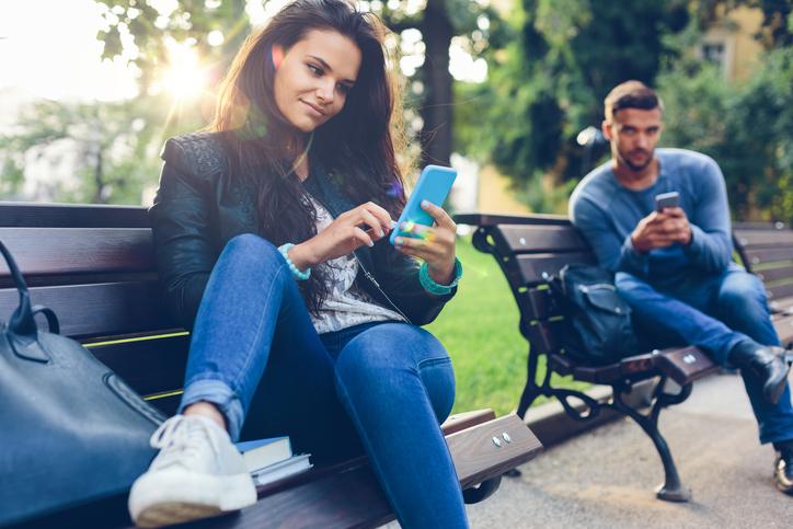 Swipe e like, coppia con smartphone