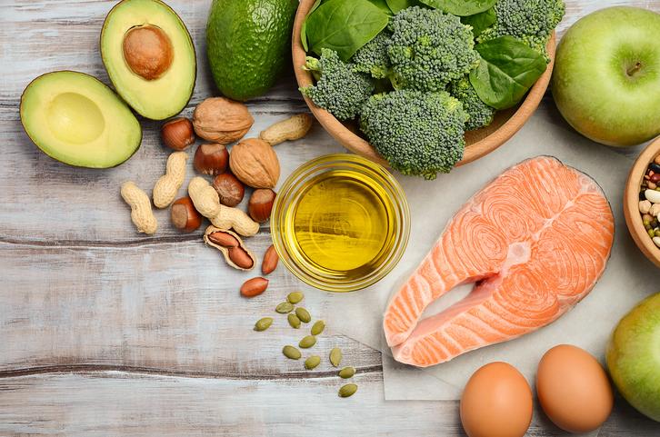 broccolo, noci, avocado, salmone