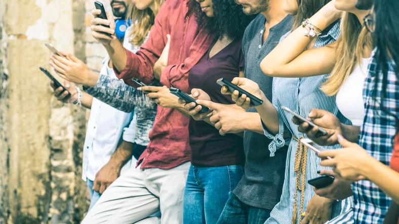 Istruzione o fisico: cosa cercano uomini e donne in chat?