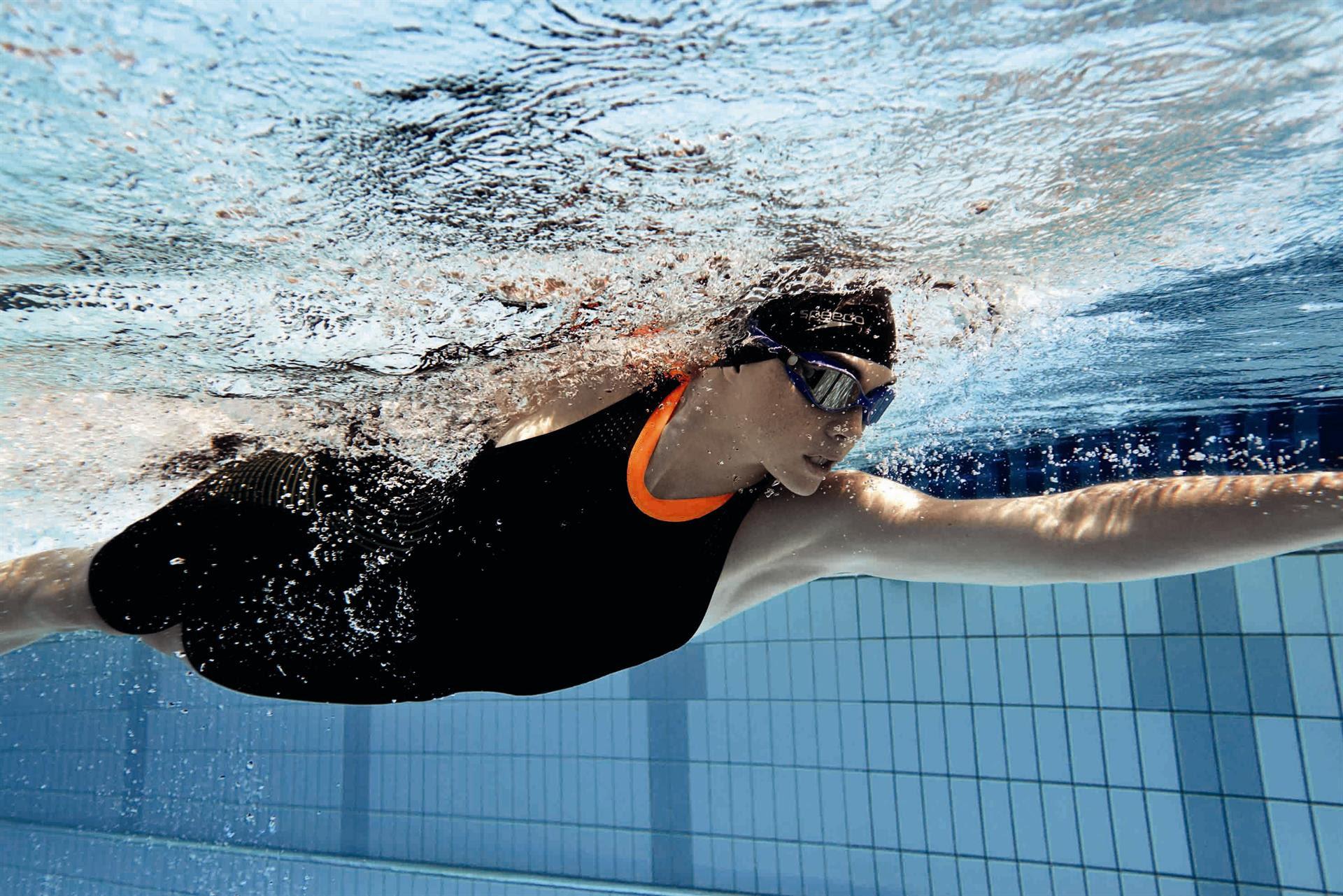 Nuoto i nuovi costumi per lo sport in piscina anche tutine - Piscina trezzano sul naviglio nuoto libero ...