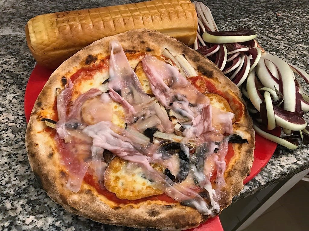 Ricetta: pizza con radicchio, provola e lardo