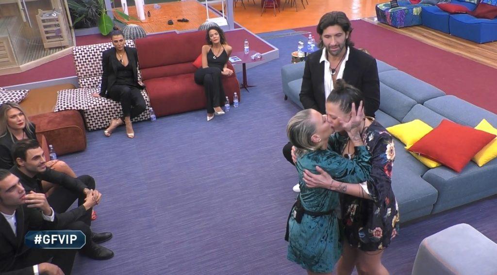 Bacio Giulia e Silvia provvedi