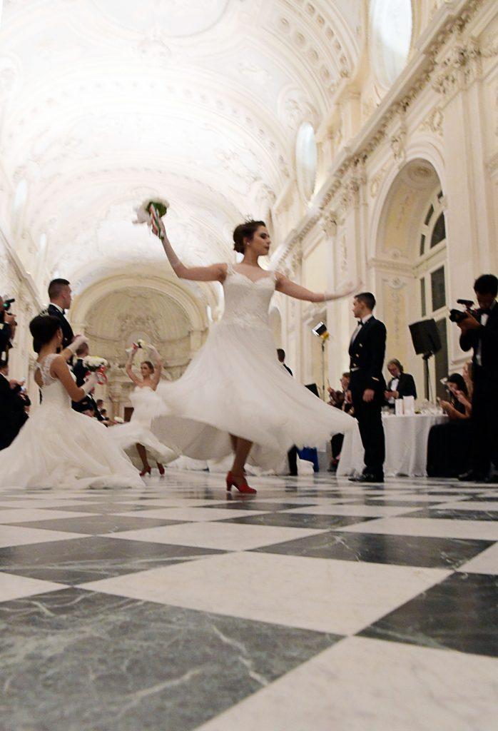 Una giovane debuttante vestita di Carlo Pignatelli con le scarpette rosse