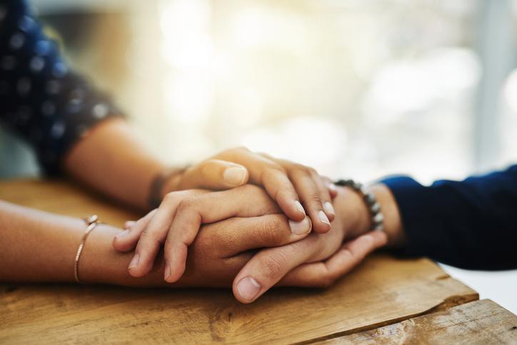 bontà e altruismo in coppia, mani, amore,
