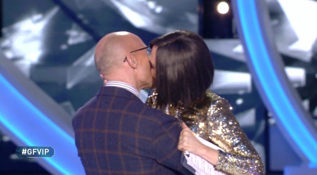 Bacio tra Signorini e Blasi
