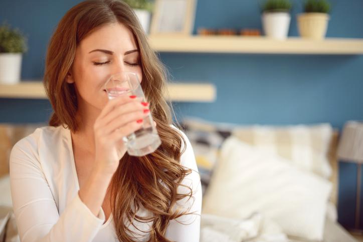 bere acqua, donna, idratazione