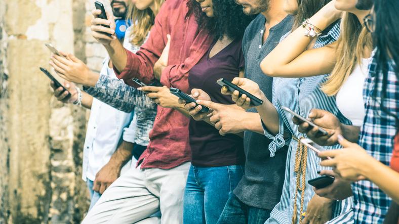 curving e orbiting, Millenials e smartphone, dating e chat