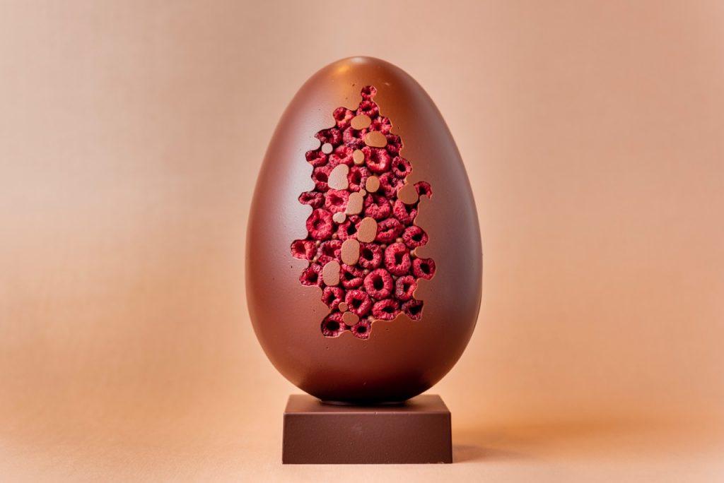 Ricetta: uovo al cioccolato decorato ai frutti di bosco