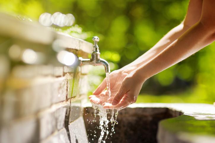Acqua da bere, dove è sicura e dove non è sicura