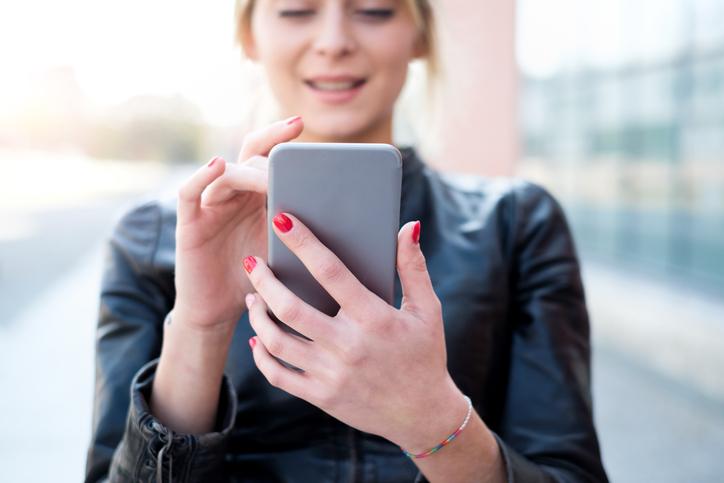 fyred, app per appuntamenti, donna con smartphone