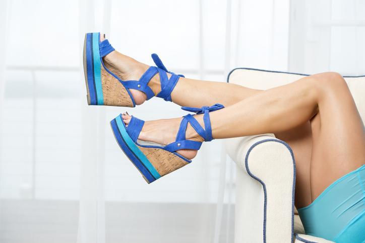 Sandali come piedistalli con le zeppe più glamour