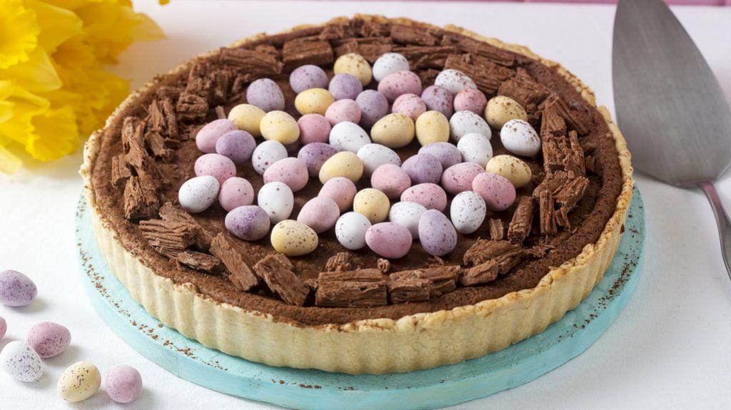 Torta al cioccolato con uova colorate