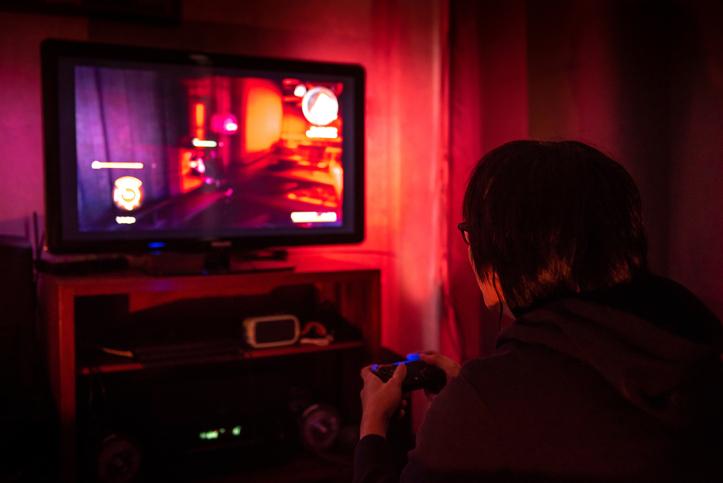 ragazzo casalingo, tv, videogiochi