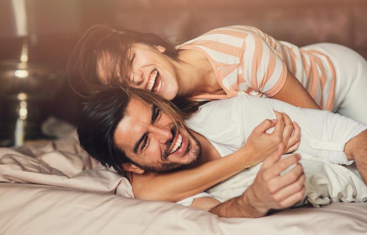 coppia a letto, amore, linguaggi dell'amore
