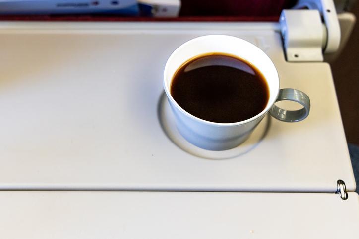 Tè e caffè in aereo? I motivi per cui è meglio di no