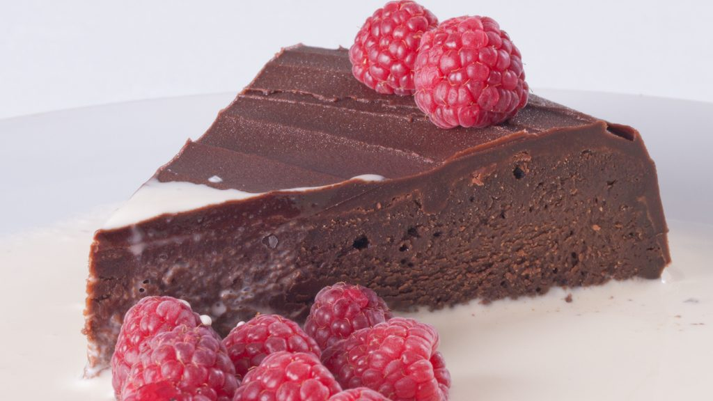 Torta di cioccolato e lamponi, colore e passione a tavola