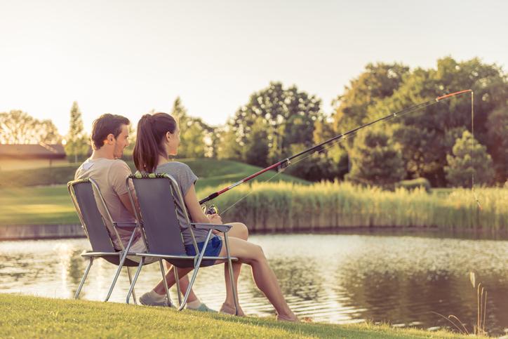 Idee romantiche: coppia che pesca