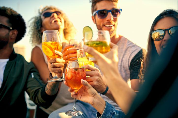 Fiero Spritz e Tonic, cocktail, amici, brindisi