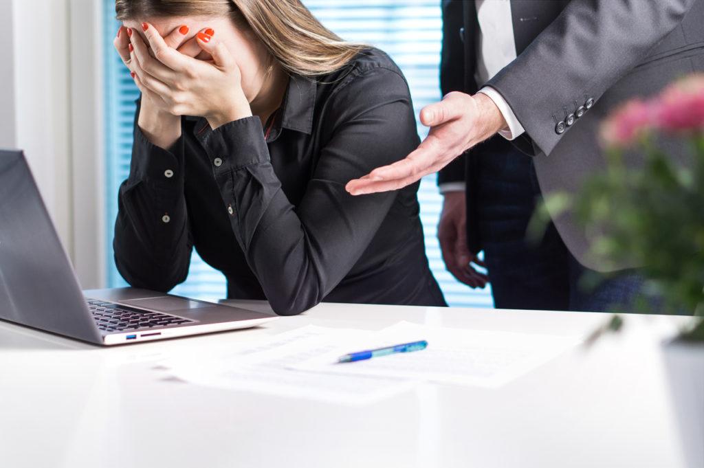 Piangere al lavoro, la colpa è quasi sempre del capo