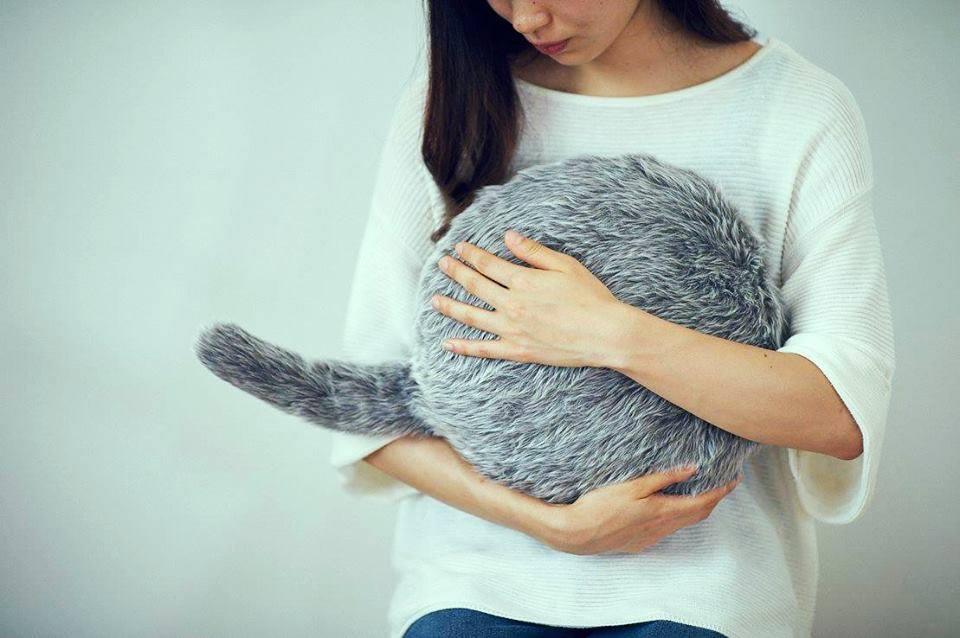 Fa le fusa ma non è un gatto: il cuscino è antistress