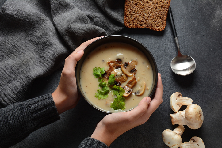 Zuppa di funghi e aglio, profumata e corroborante
