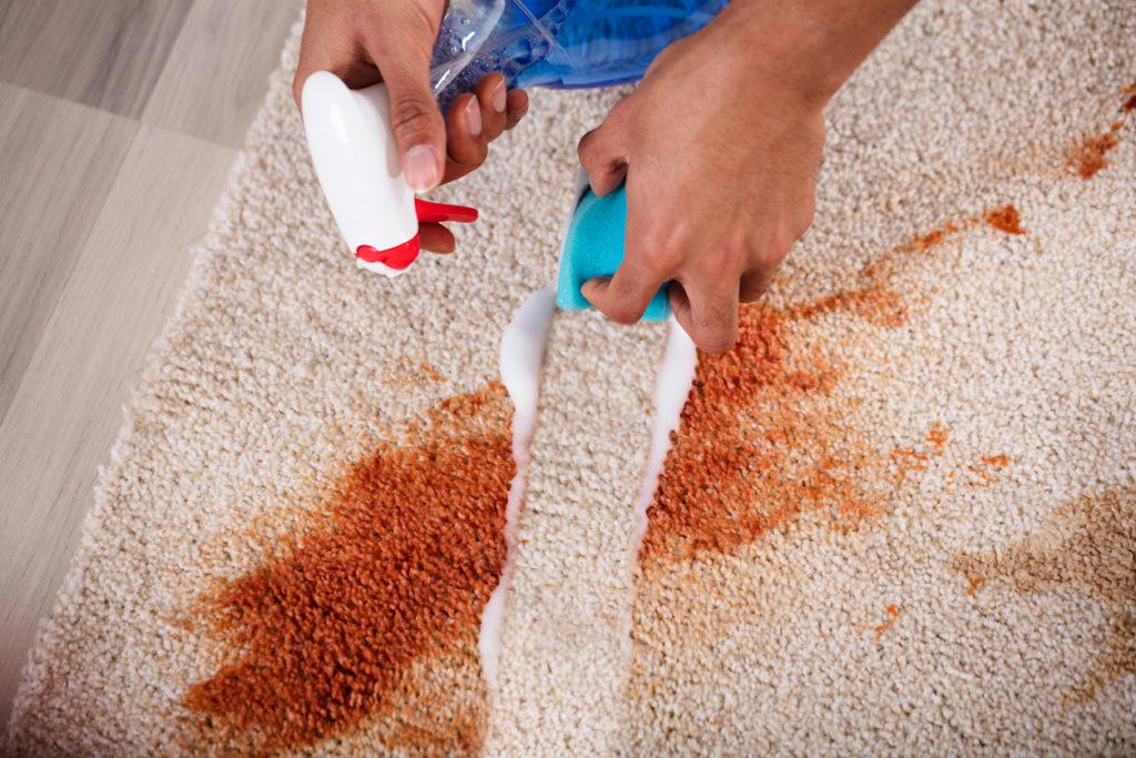 Come pulire e smacchiare i tappeti
