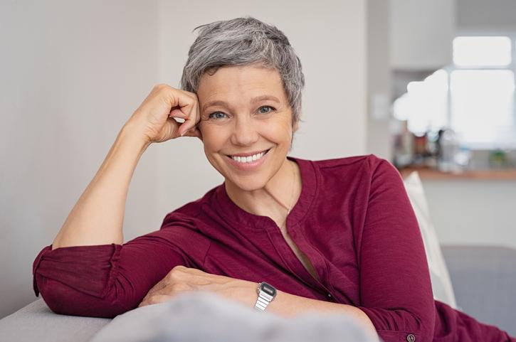 Orgoglio grigio: i capelli non si tingono più