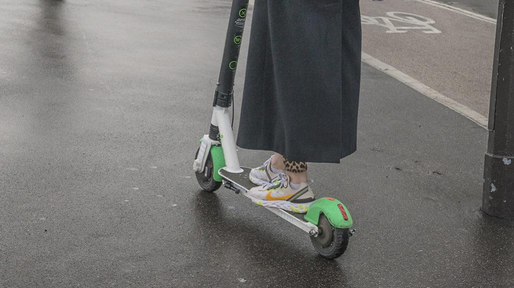 Abiti comodi e sneaker: il look del 'monopattinista'