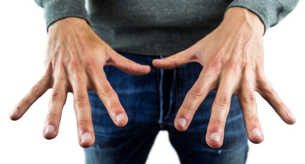 Lo smalto maschile, glamour ma anche utile per la salute delle unghie