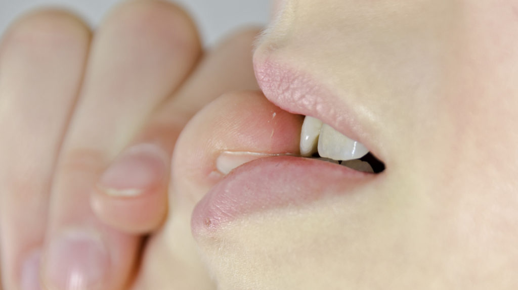 Come smettere di mangiarsi le unghie: i rimedi soft