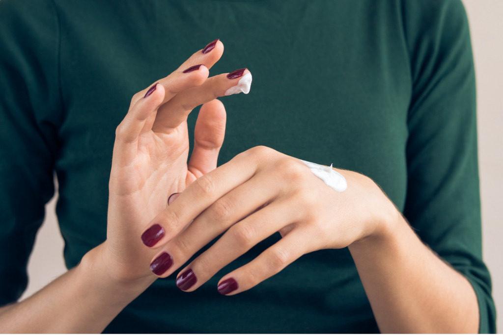 Lavaggi frequenti e skincare, prendersi cura delle mani