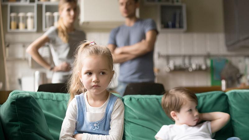 famiglia, bambini annoiati