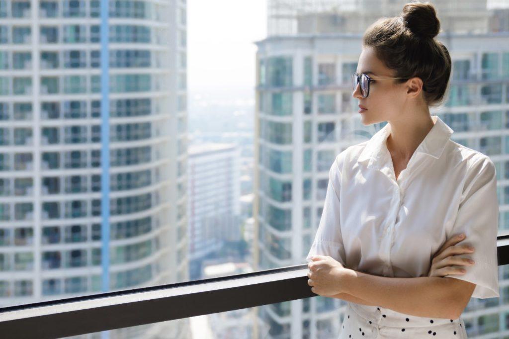 Blusa o chemisier, la camicia per donna ha maniche corte