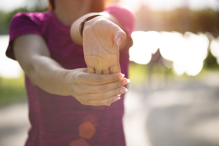 donna che fa esercizi con le mani