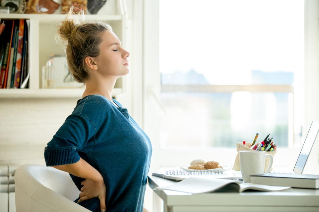 Dolori da smart working: mal di schiena, lombalgie e cefalee