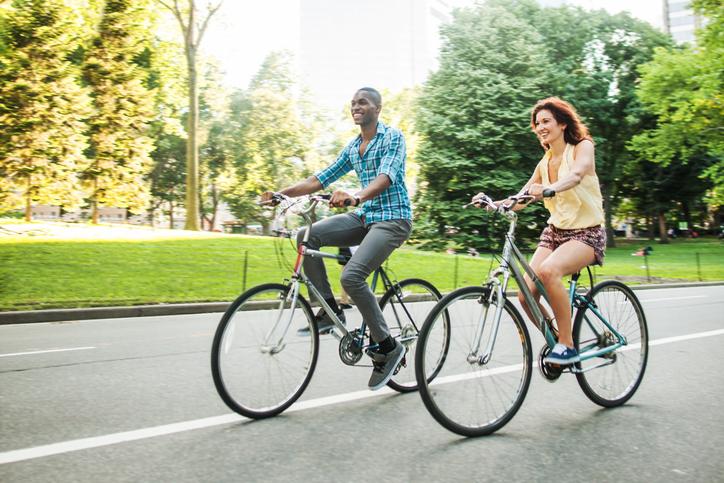 ragazzi che vanno in bici