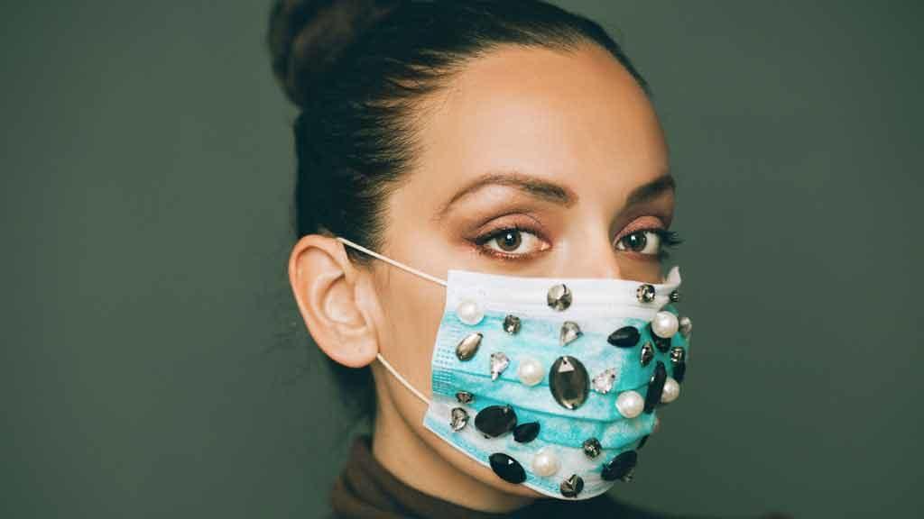 Capelli in ordine e acconciature trendy: anche con la mascherina si può