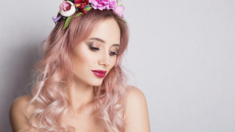 donna con capelli color rosa gold
