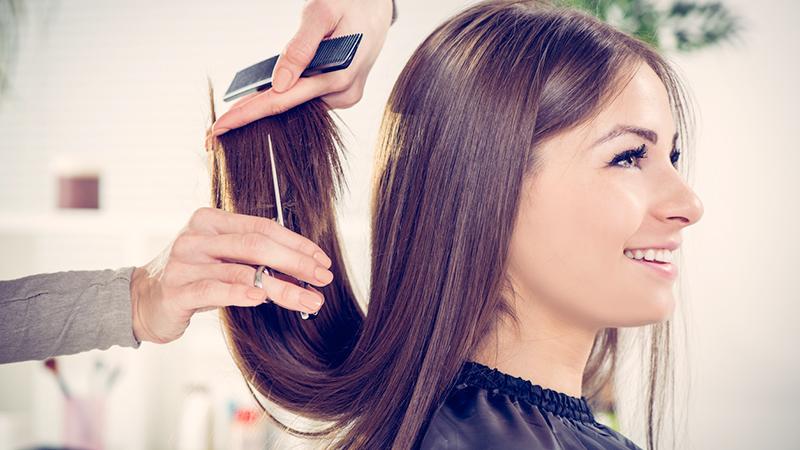 parrucchiere che taglia i capelli