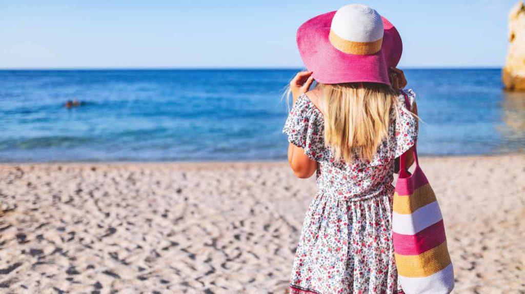donna con borsa sulla spiaggia