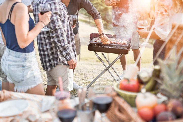 persone davanti a un barbecue