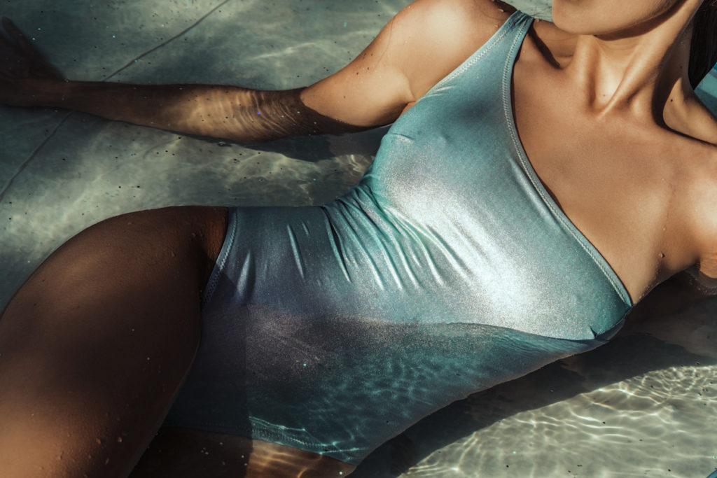 donna distesa al sole in acqua