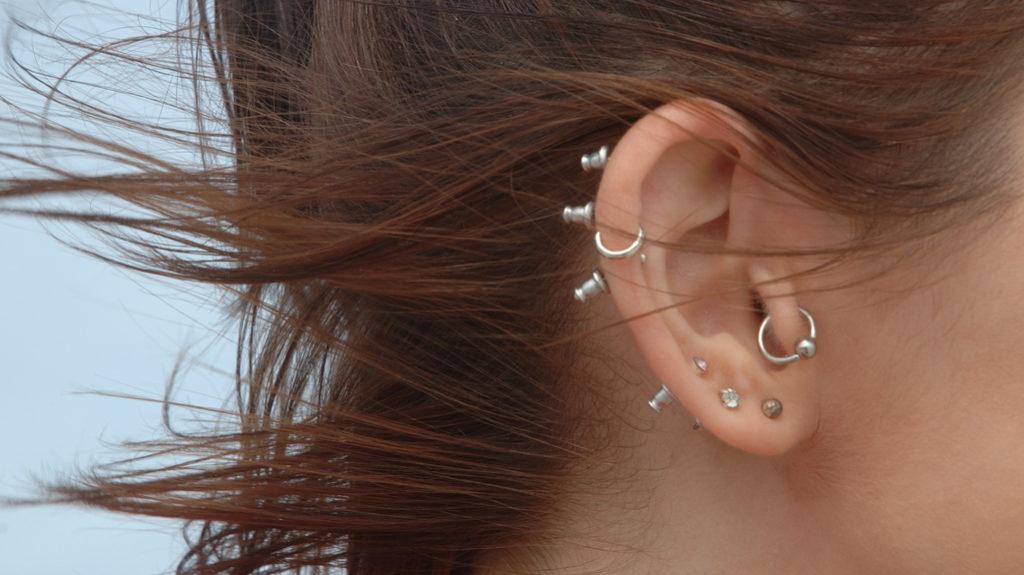 Tanti, luminosi e preziosi: gli orecchini dell'estate