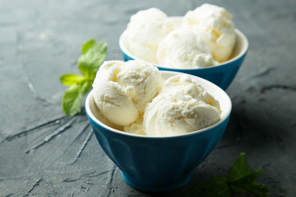 gelato alla vaniglia in tazzina