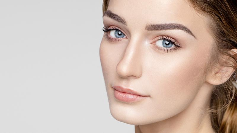 giovane donna dal viso curato