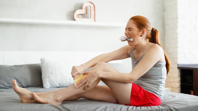donna che si depila le gambe